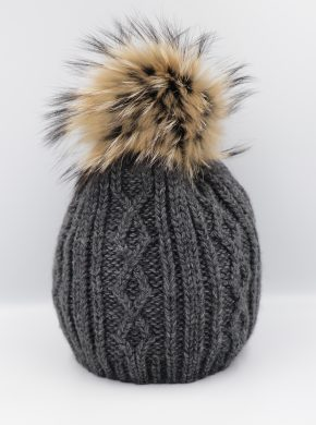 Šilta megzta kepurė su natūraliu kailiuku